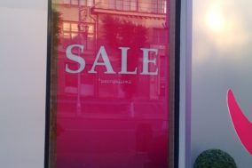 Оформление витрины для магазина одежды